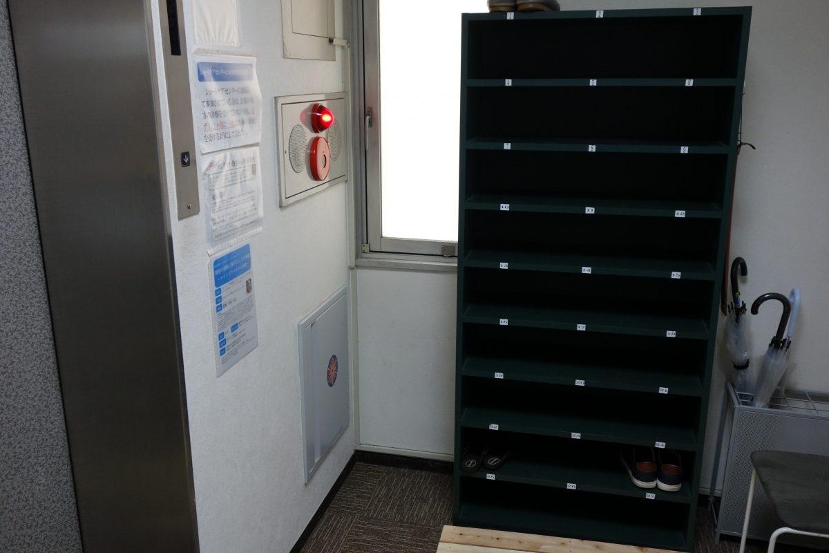 エレベーターを降りて左側に靴箱がありますので、こちらに靴を入れてください