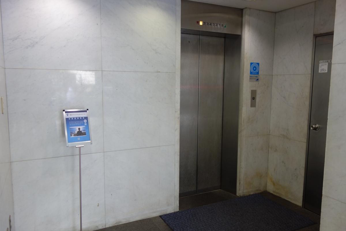 こちらのエレベーターで8Fまで来てください